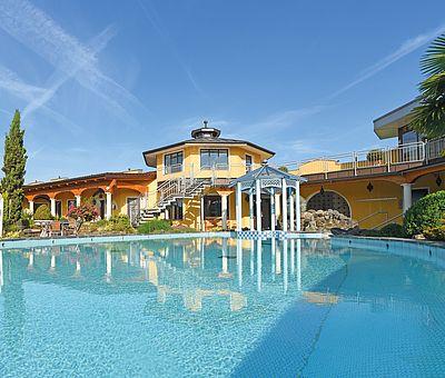 Der Außenpool im Freizeitland Hasbergen ist bei jedem Wetter das besondere Extra für ein mediterranes Urlaubsgefühl.
