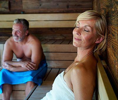 Die Loma-Sauna am Nettebad bietet mit acht verschiedenen Saunakabinen ein vielseitiges Schwitzangebot. Ein besonderes Highlight ist die Meri-Sauna, die auf Höhe der Baumkronen gelegen einen herrlichen Panoramablick auf den idyllischen See verspricht. Im Sauna-Eintritt inklusive ist der Besuch des Sport- und Freizeitbades.